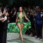 Джей Ло закрыла шоу Versace в ремейке платья двадцатилетней давности