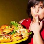 Названы провоцирующие бесконтрольный набор веса продукты