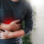 Гастроэнтеролог назвал опасные симптомы, которым часто не придают значения