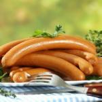 Диетолог не рекомендует употреблять колбасу и сосиски на завтрак