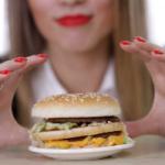 Диетологи перечислили продукты, которыми нельзя «заедать» стресс