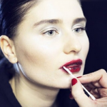 Ватные палочки избавят от отеков и помогут в создании макияжа
