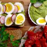 Диетологи рассказали о правилах первого приема пищи