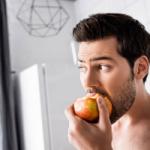 Диетолог не рекомендует употреблять фрукты на ночь
